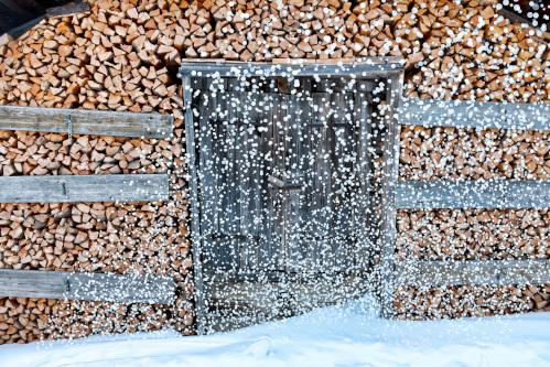 山の様に積まれた薪