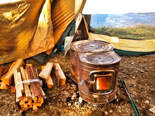 テントの中の時計型薪ストーブ