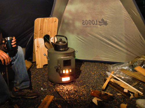 薪ストーブでゆったりと暖を取る