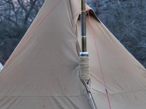 煙突を通す口がついているテント