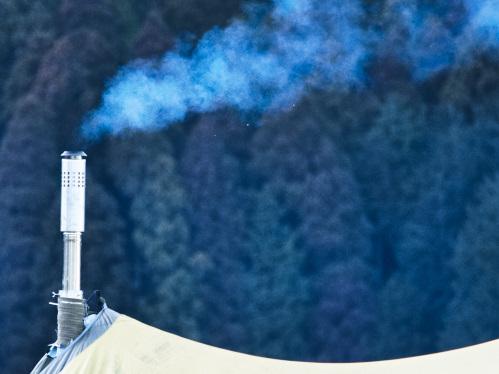 煙がもうもうと出る煙突
