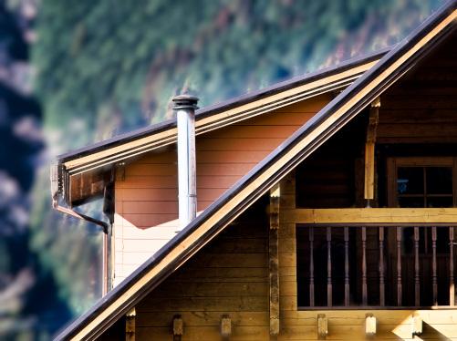 ログハウスの大屋根に設置された煙突