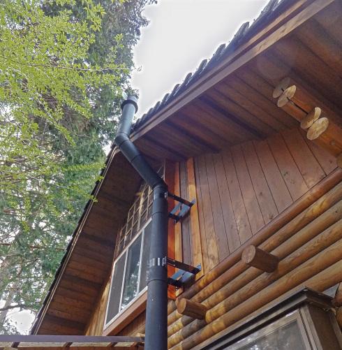 外壁が木材だと煙突を固定し易い