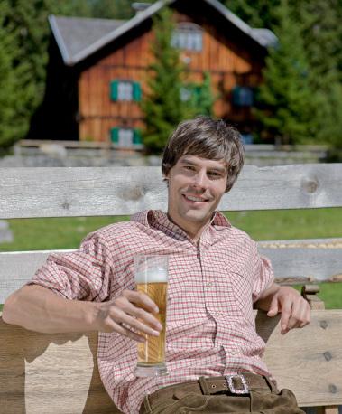 別荘地でビール片手に寛ぐ人