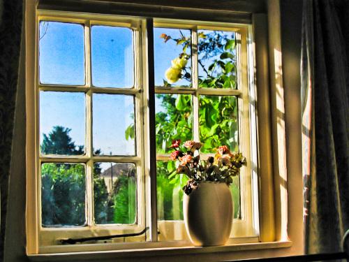 静かな別荘の窓辺