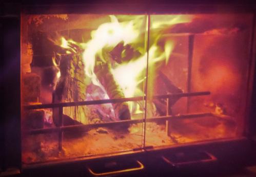 燃えている薪ストーブ
